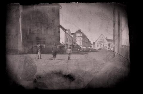 Foto: Timmimata nõelaugukaamerga fotopaberile tehtud katsetus /Fotomuuseumi suvekool/